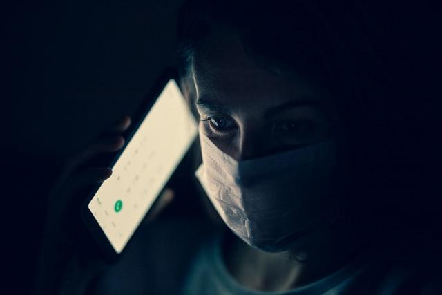 femme au téléphone et portant un masque chirurgical